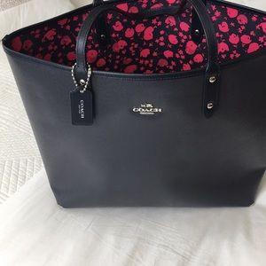 Handbags - Coach tote